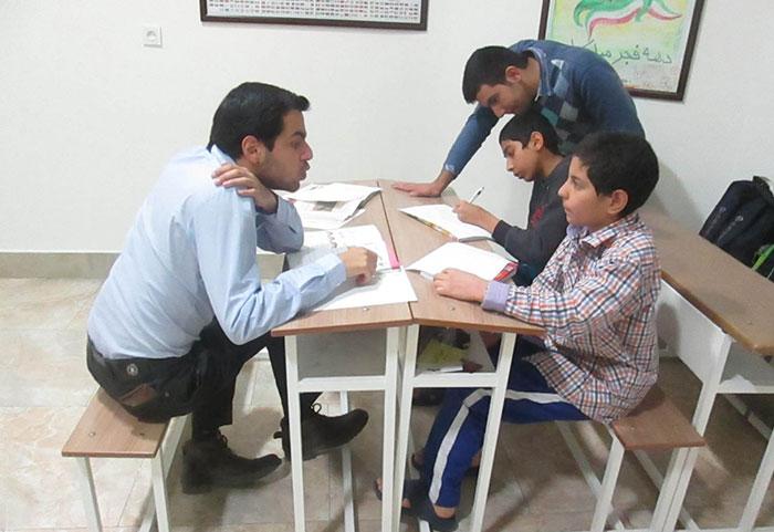 آموزش دادن به دانش آموزان فقیر